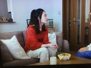 「隕石家族」5話結月(北香那)衣装赤い袖レースブラウス