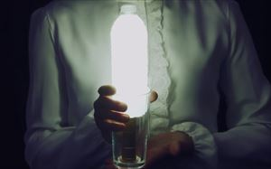 家政夫のミタゾノ2020,4話コップに懐中電灯とペットボトルに薄めた牛乳