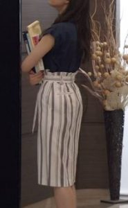「SUITS」新木優子衣装3話ストライプタイトスカート