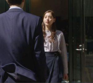 「SUITS」新木優子衣装3話黒ベルト付きタイトスカート