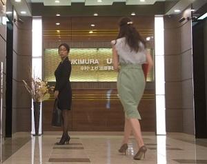「SUITS」新木優子衣装3話グリーンタイトスカート