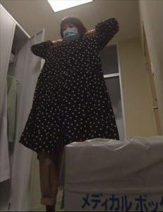 「リモラブ」美々(波瑠)衣装1話黒ドットワンピース
