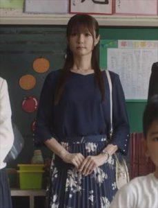 ドラマ「ルパンの娘2」3話三雲華(深田恭子)衣装授業参観の時の紺色トップス